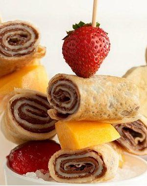 Brochettes de crêpes, fruits et Nutella