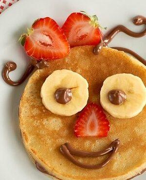 Crêpe sourire avec Nutella, fraises et banane